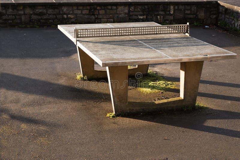 Robuste Klingeln pong Tabelle im Freien vom Beton mit einem Netz von m stockbilder