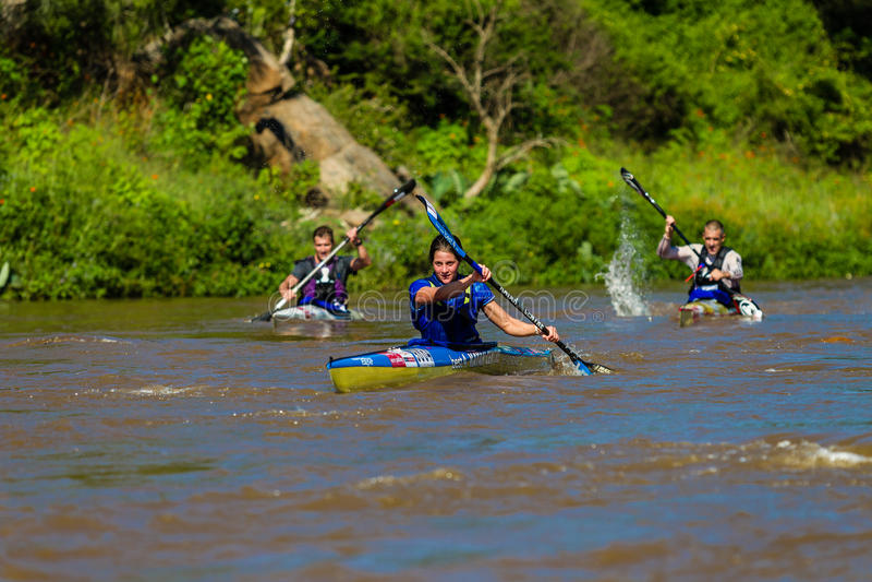 Robyn Kime que rema a raça da canoa foto de stock royalty free
