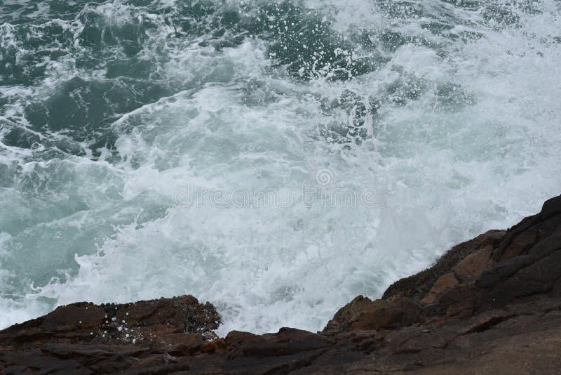 Rocío del mar sobre la roca fotografía de archivo libre de regalías