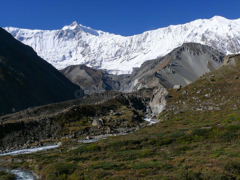 Roc Noir und Tilicho ragen von niedrigem Lager Tilicho, Nepal empor stockfotos