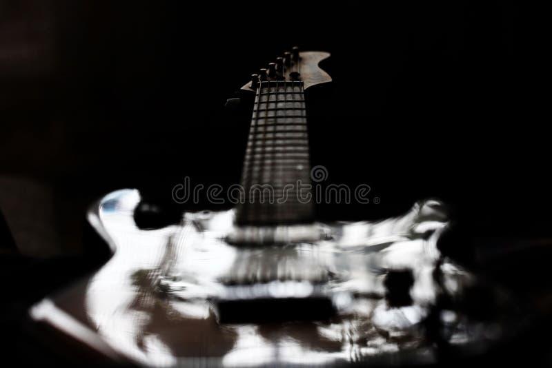 Roca aislada de la guitarra eléctrica del fantasma foto de archivo