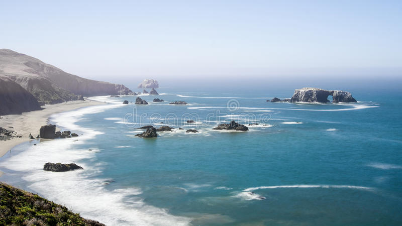 Roca arqueada en el parque de estado de la costa de Sonoma imagen de archivo libre de regalías