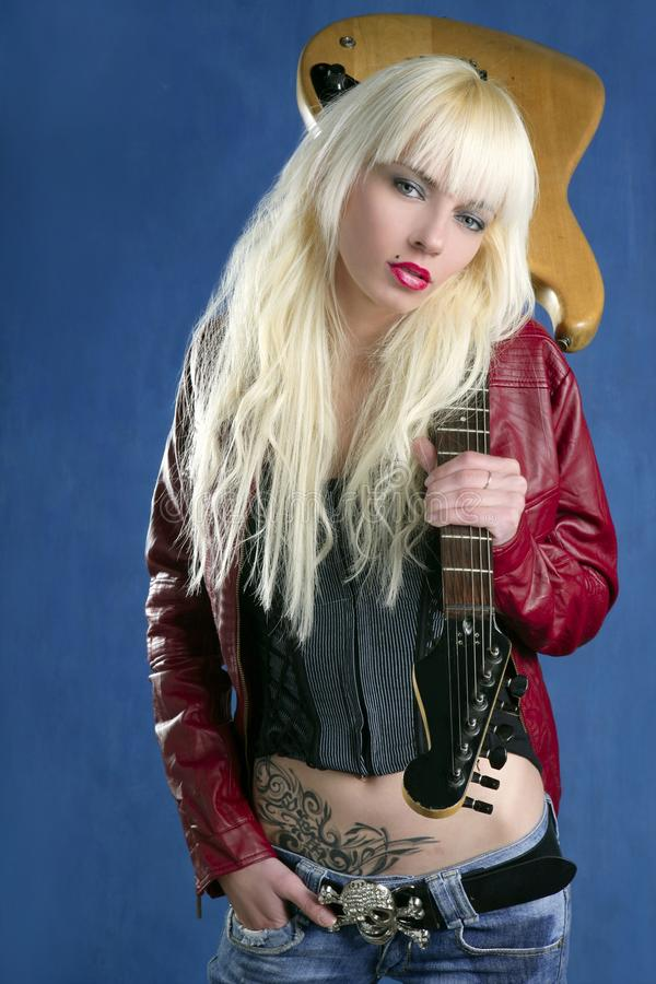 Roca atractiva rubia de la guitarra eléctrica de la chica joven de la manera imagen de archivo