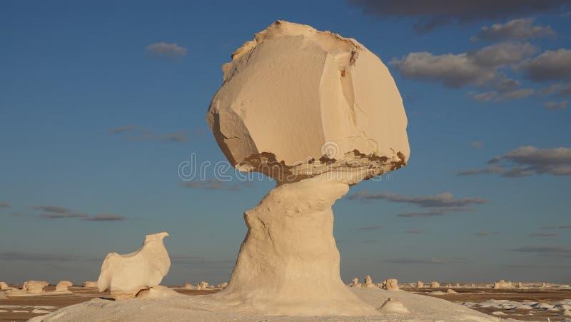 Roca blanca en el desierto blanco Egipto 2019 imagenes de archivo