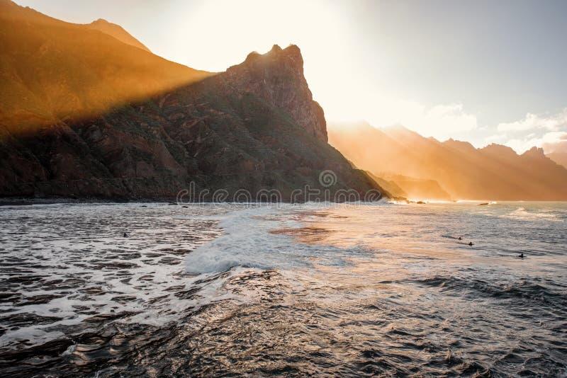Roca cerca del pueblo de Taganana en la puesta del sol foto de archivo