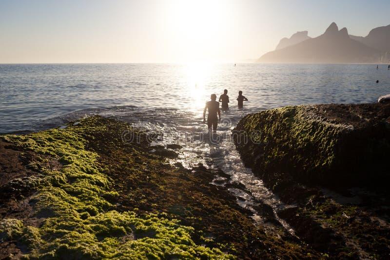 Roca de Arpoador en la playa de Ipanema, Rio de Janeiro imagenes de archivo