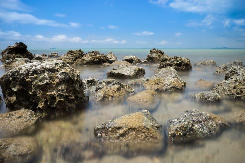 Roca de Brown en el mar azul foto de archivo libre de regalías