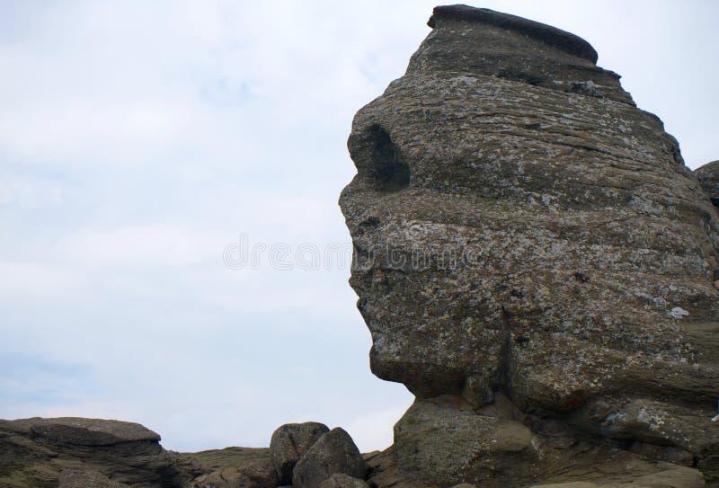 Roca de la esfinge en las montañas Cárpatos de Bucegi en Rumania Europa foto de archivo libre de regalías