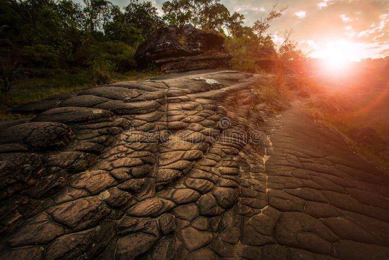 Roca de la geología de la grieta de Sun en el phitsanuloke Tailandia del parque nacional del rongkla del hin del phu foto de archivo