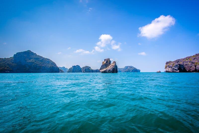Roca de la piedra caliza de Beaty en el océano fotos de archivo