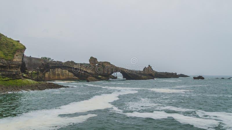 Roca de la Virgen y de la costa costa en Biarritz, Francia fotografía de archivo