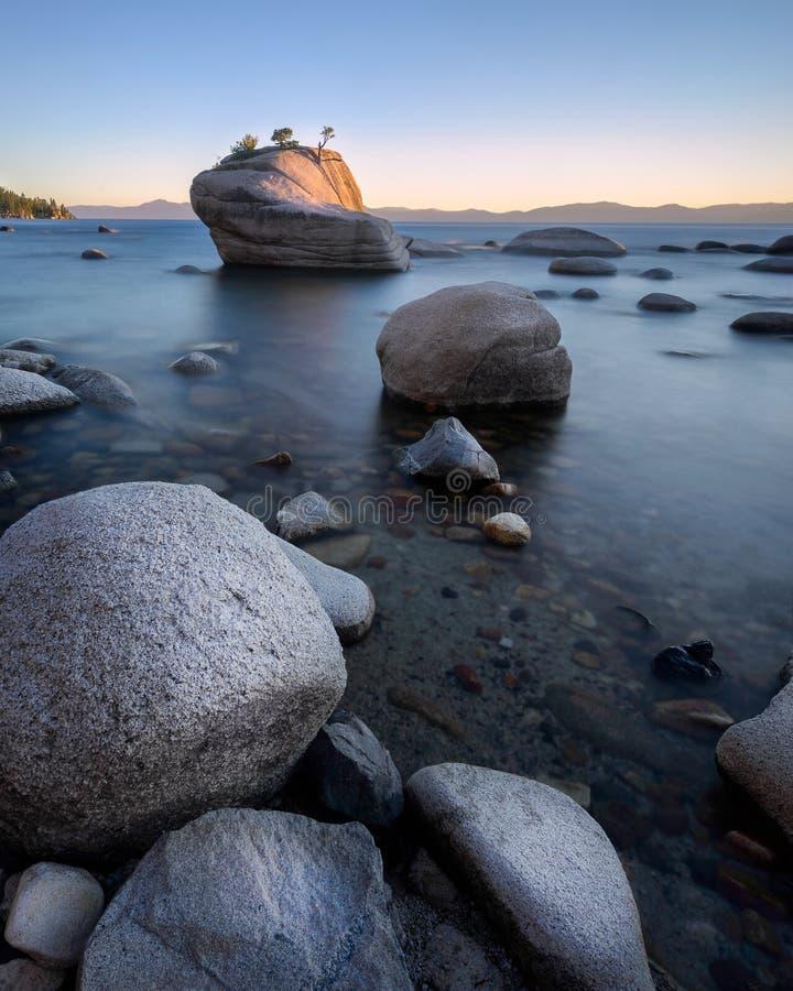 Roca de los bonsais en Lake Tahoe imagenes de archivo
