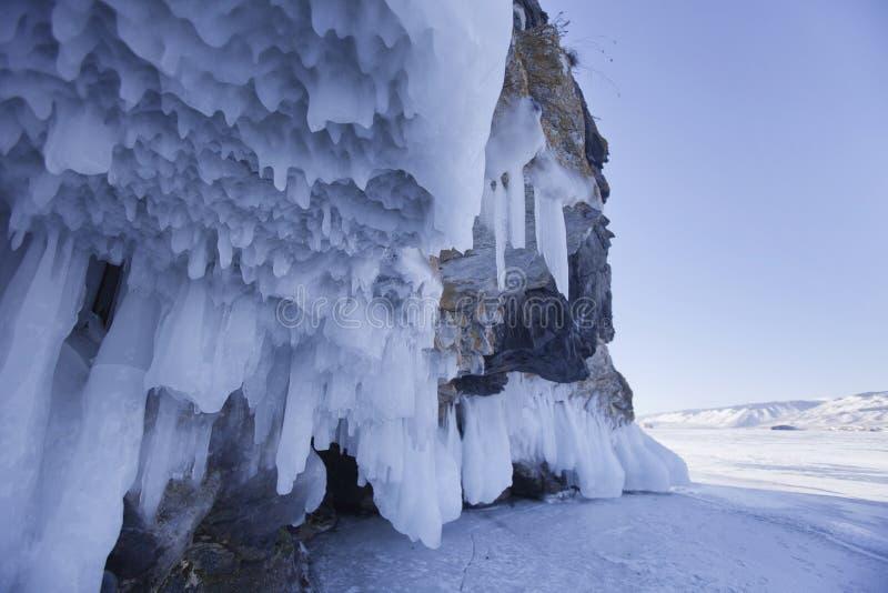 Roca de los carámbanos Lago Baikal Paisaje del invierno fotografía de archivo