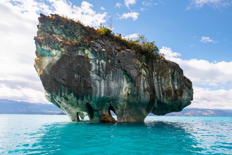 Roca de mármol en el lago de general Carrera foto de archivo libre de regalías