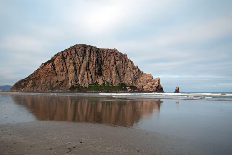 Roca de Morro en la madrugada en el parque de estado de la bahía de Morro en la costa central los E.E.U.U. de California imagenes de archivo