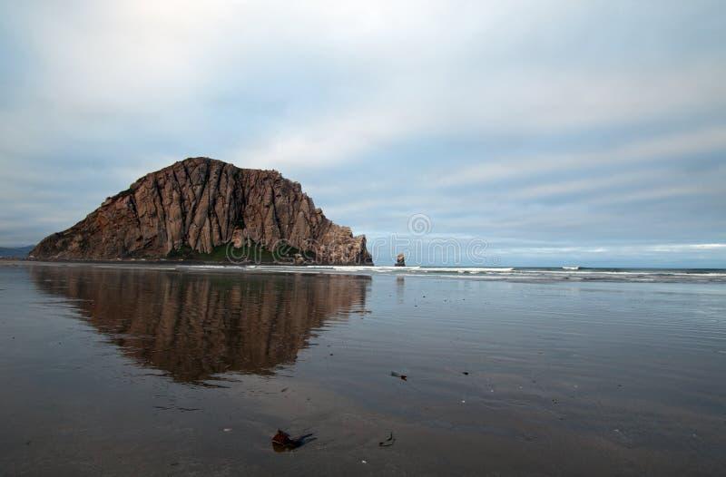 Roca de Morro en la madrugada en el parque de estado de la bahía de Morro en la costa central los E.E.U.U. de California imagen de archivo