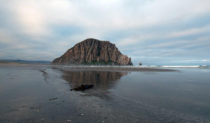 Roca de Morro en la madrugada en el parque de estado de la bahía de Morro en la costa central los E.E.U.U. de California fotos de archivo