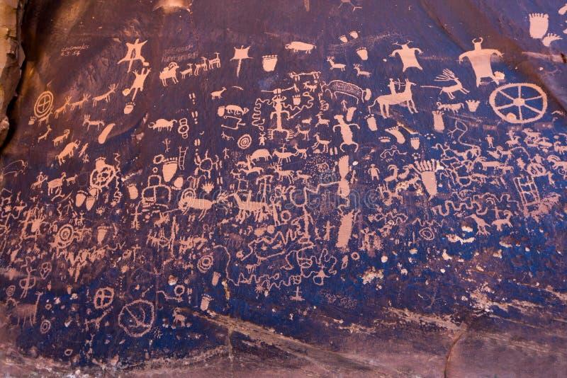 Roca de Newpaper de los petroglifos del nativo americano en Utah fotografía de archivo