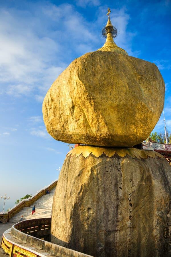 Roca de oro, Myanmar. foto de archivo
