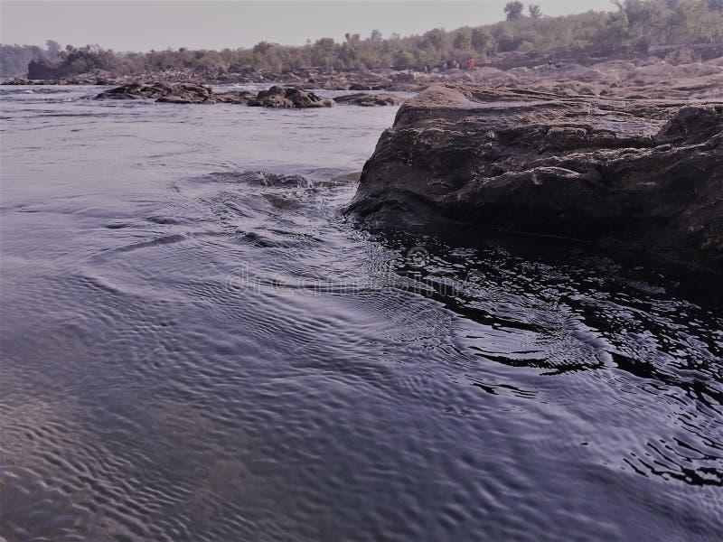 Roca de pared, estuario, río, corriente, naturaleza fresca, roca de fondo, imagen de archivo