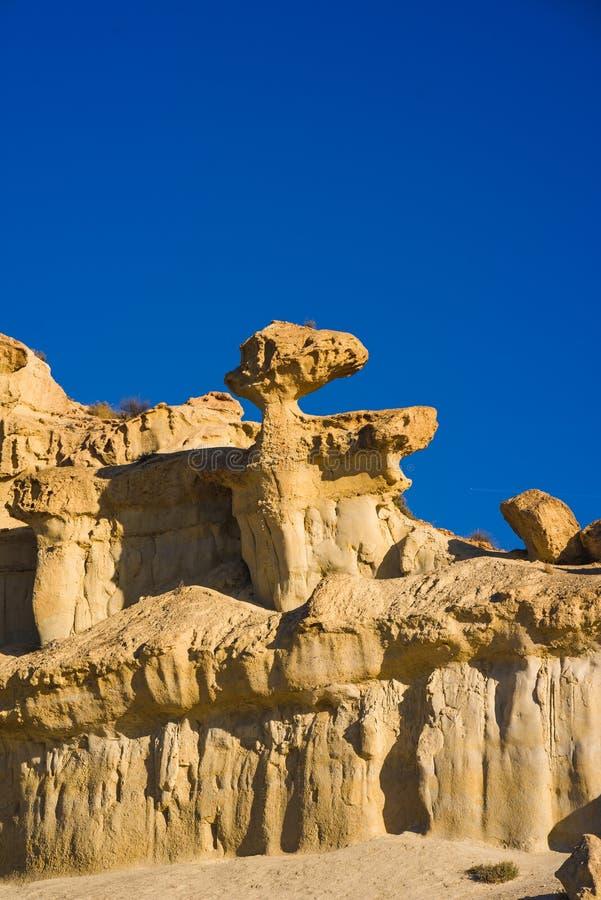 Roca de Sandy y cielo azul imagenes de archivo