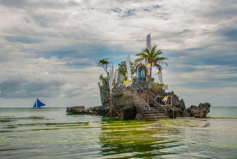 Roca de Willys, situada en la playa blanca famosa, isla de Boracay, Filipinas imagen de archivo