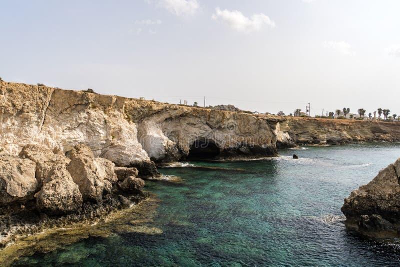 Roca del Aphrodite, de la playa hermosa y de la bahía del mar, Chipre imagenes de archivo