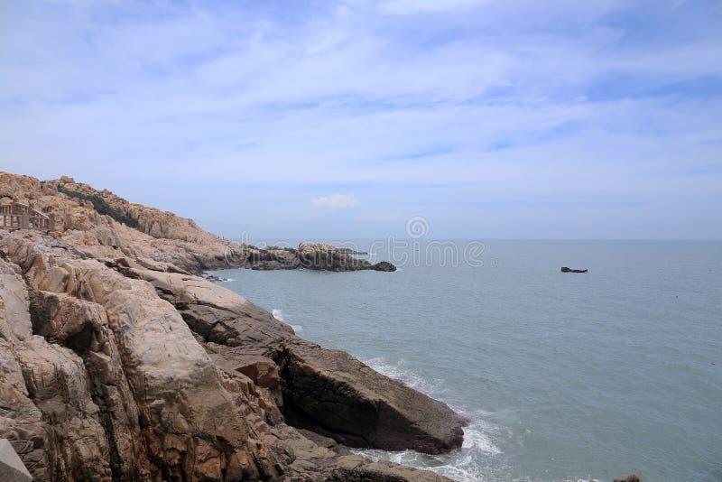 Roca del filón en la costa de la isla de meizhou foto de archivo