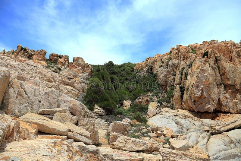 Roca del filón en la costa de la isla de meizhou fotos de archivo libres de regalías