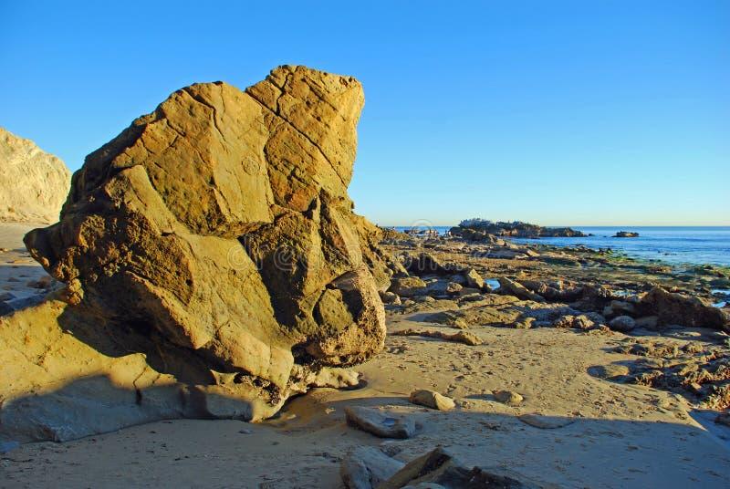 Roca del pájaro durante la bajamar del parque de Heisler Playa de Laguna, California imagen de archivo