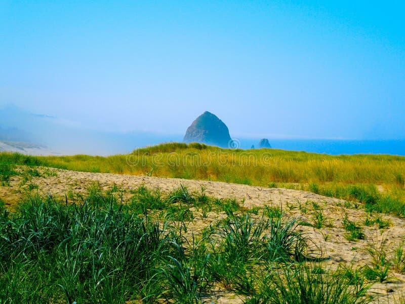 Roca del pajar del paisaje de las dunas de la hierba fotografía de archivo