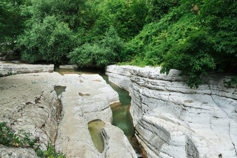 Roca del río de la montaña de Georgia del anyon del  de Okatse Ñ imágenes de archivo libres de regalías