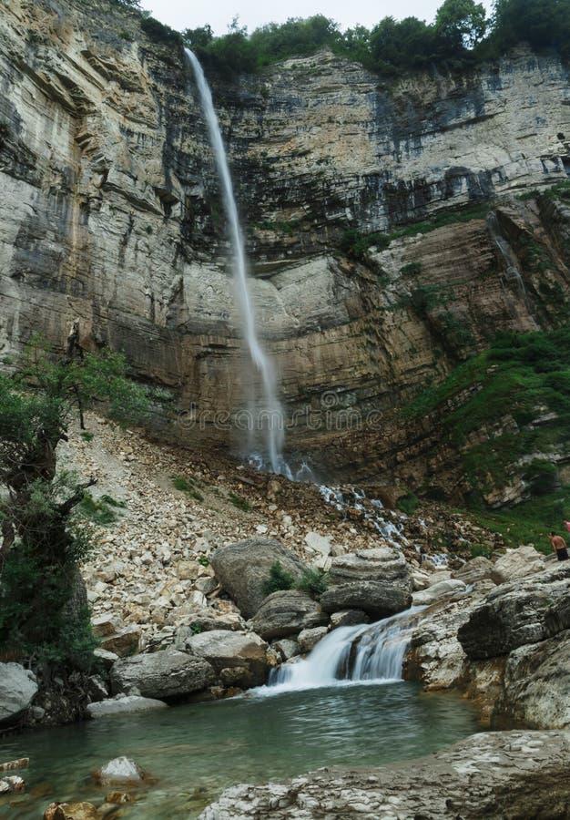Roca del río de la montaña de Georgia del anyon del  de Okatse Ñ fotos de archivo libres de regalías
