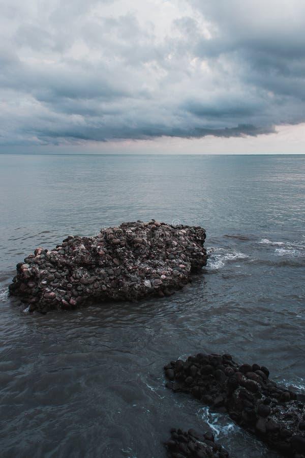 Roca en el mar fotos de archivo libres de regalías