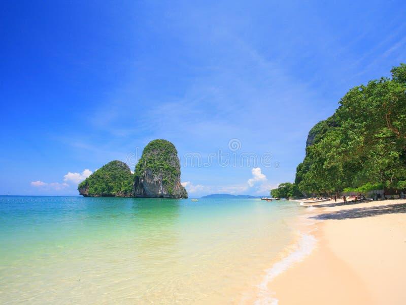 Download Roca en el mar imagen de archivo. Imagen de blanco, resaca - 7968381