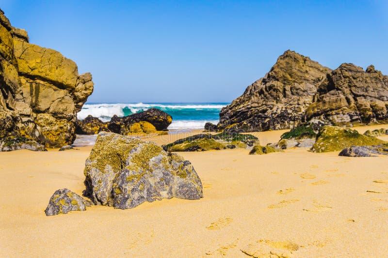 Roca en la costa costa de Océano Atlántico de la playa de Adraga, Portugal imágenes de archivo libres de regalías