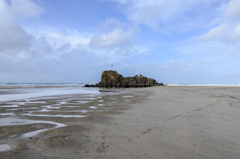 Roca en la playa de Polperro, Cornualles, Reino Unido imagenes de archivo