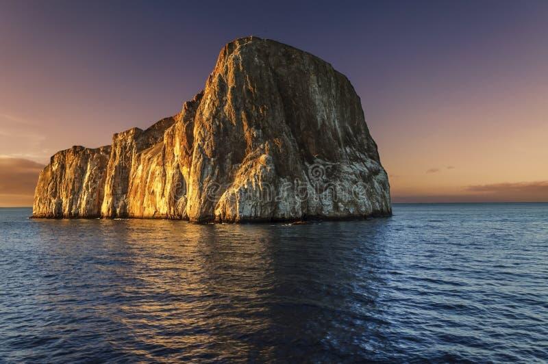 Roca en la puesta del sol - islas del golpeador de las Islas Galápagos imagenes de archivo