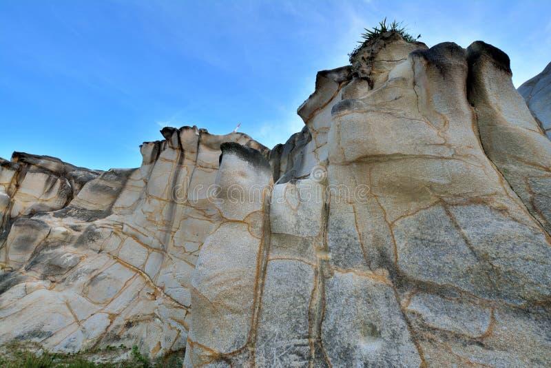 Roca enorme como granito decaído con el modelo ofrecido foto de archivo