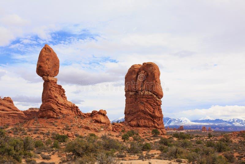 Roca equilibrada en el paisaje del parque nacional de los arcos fotografía de archivo