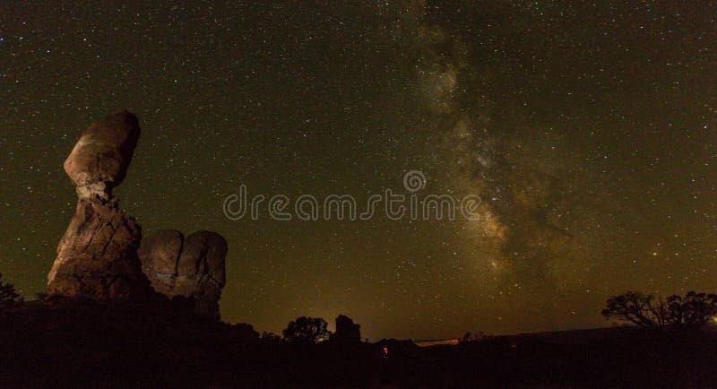 Roca equilibrada, parque nacional de los arcos, en la noche fotos de archivo