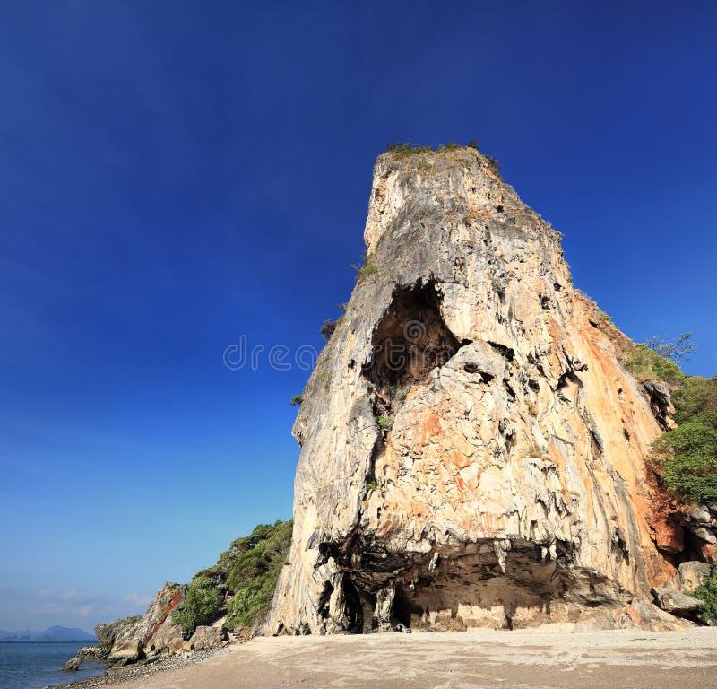 Roca gigante en la isla de James Bond, Phuket (Tailandia) imagenes de archivo