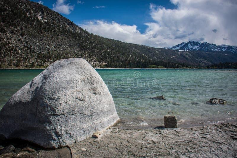 Roca gigante en la orilla del lago june en California en las montañas de Sierra Nevada fotografía de archivo libre de regalías