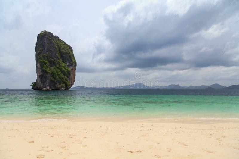 Roca hermosa de la piedra caliza en Tailandia imagenes de archivo