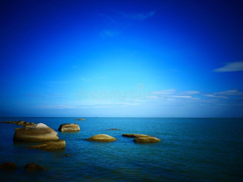 Roca, mar y cielo azul - Penang, Malasia foto de archivo