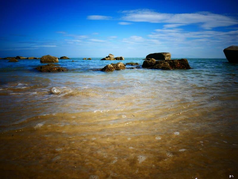 Roca, mar y cielo azul - Penang, Malasia fotografía de archivo libre de regalías