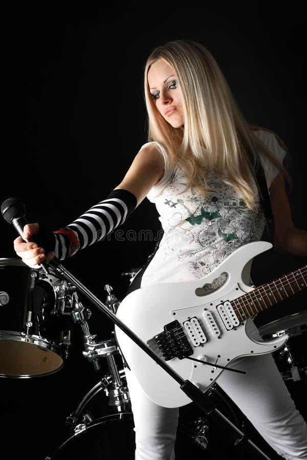 Roca-n-ruede con el blonde hermoso foto de archivo