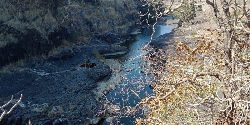 Roca negra con la piedra del río, roca, pieza de la montaña del lakhnadon la India, imagen de la naturaleza tomada en febrero de  imagen de archivo