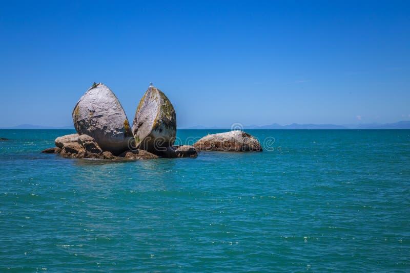 Roca partida de la manzana con la gaviota en el top al lado de la playa de Kaiteriteri, imágenes de archivo libres de regalías
