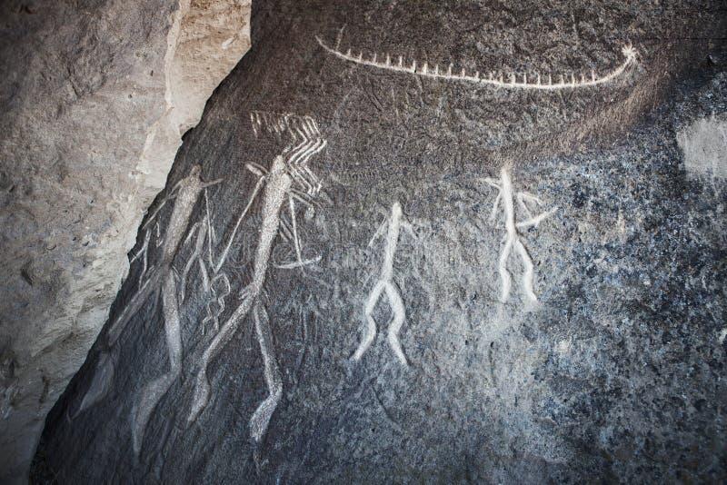 Roca-pintura prehistórica de los petroglifos de QOBUSTAN en Azerbaijan imágenes de archivo libres de regalías